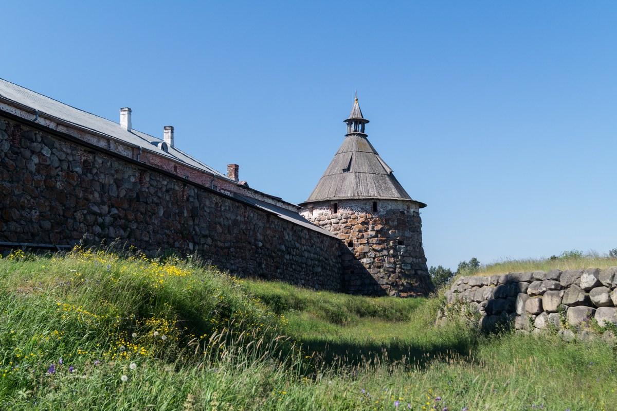 У стен Соловецкого монастыря.
