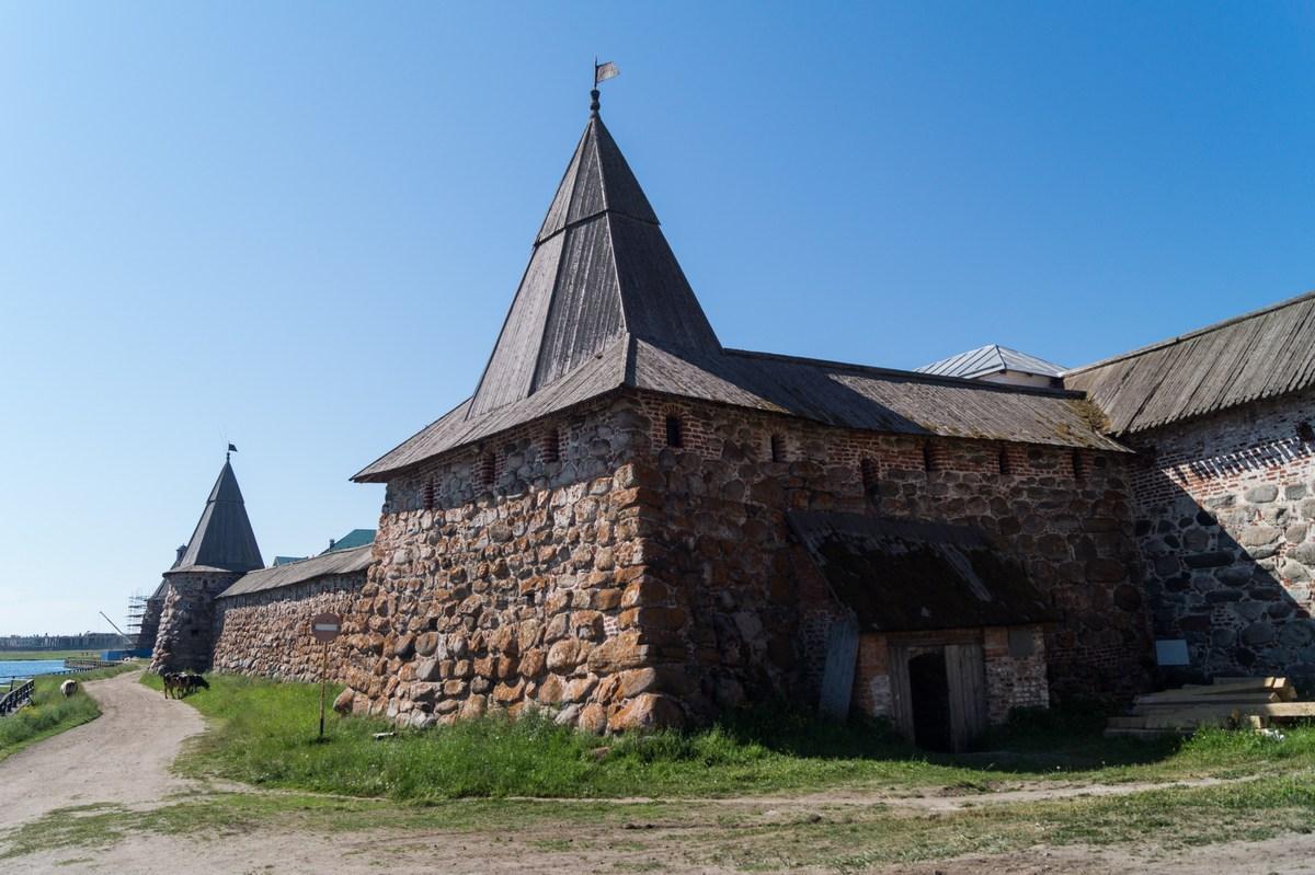 У стен Соловецкого монастыря. Квасоваренная и Поваренная башни.