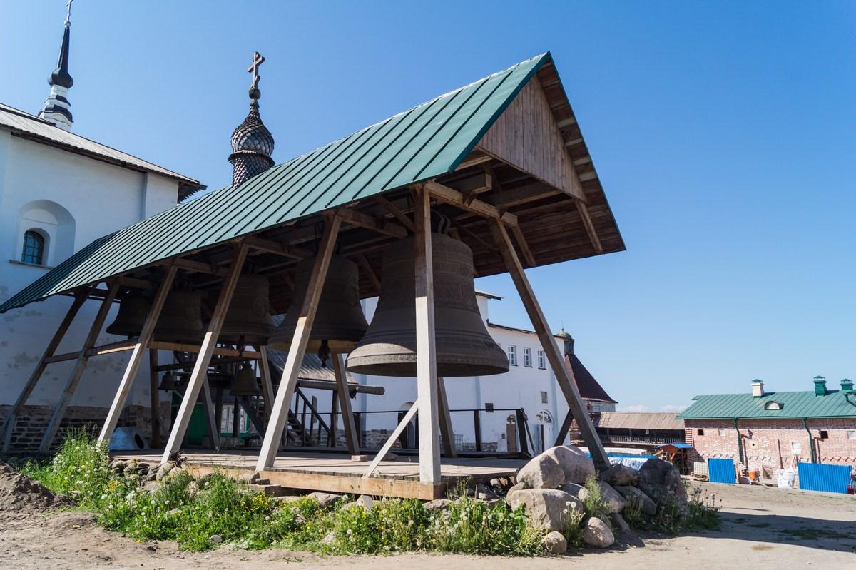 Соловецкий монастырь. Звонница рядом с Успенской церковью.