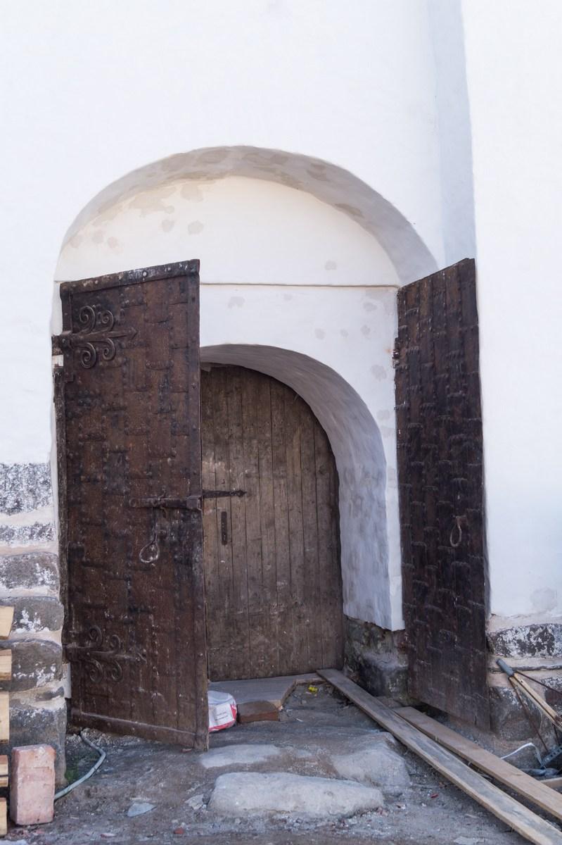 Соловецкий монастырь. Двери в здании Трапезной палаты.