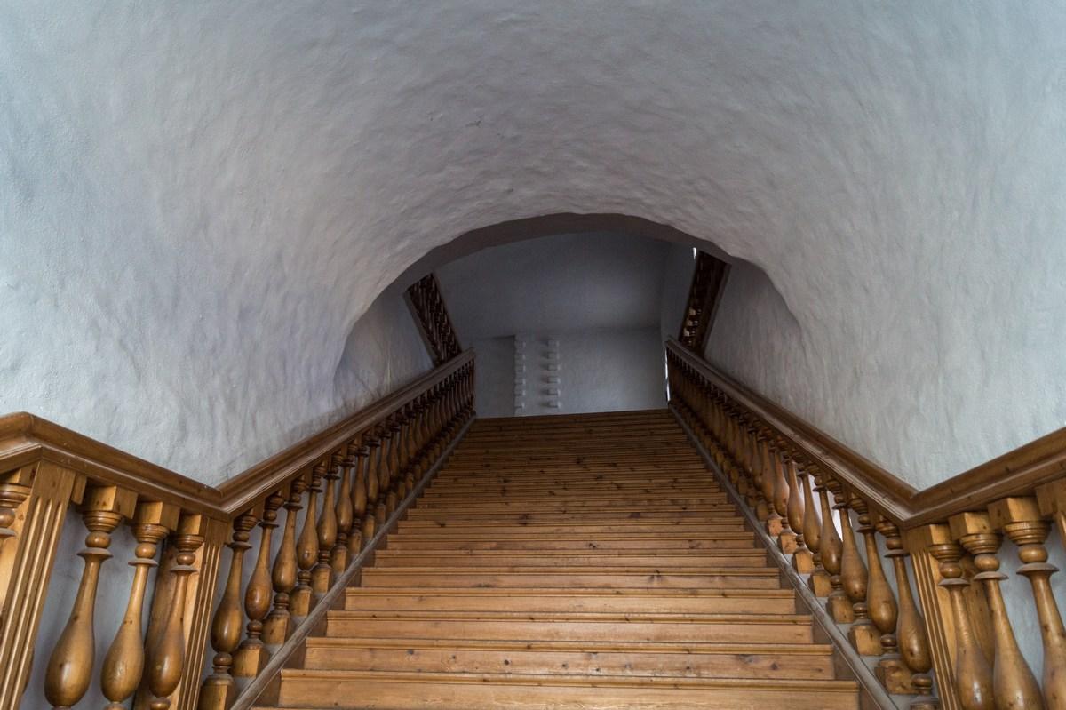 Соловецкий монастырь. Трапезная палата с Успенской церковью. Лестница наверх.