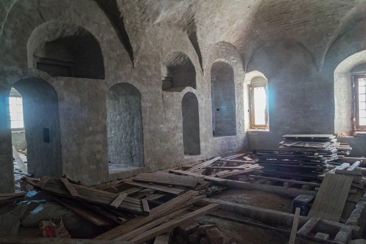 Соловецкий монастырь. Трапезная палата и Успенская церковь.