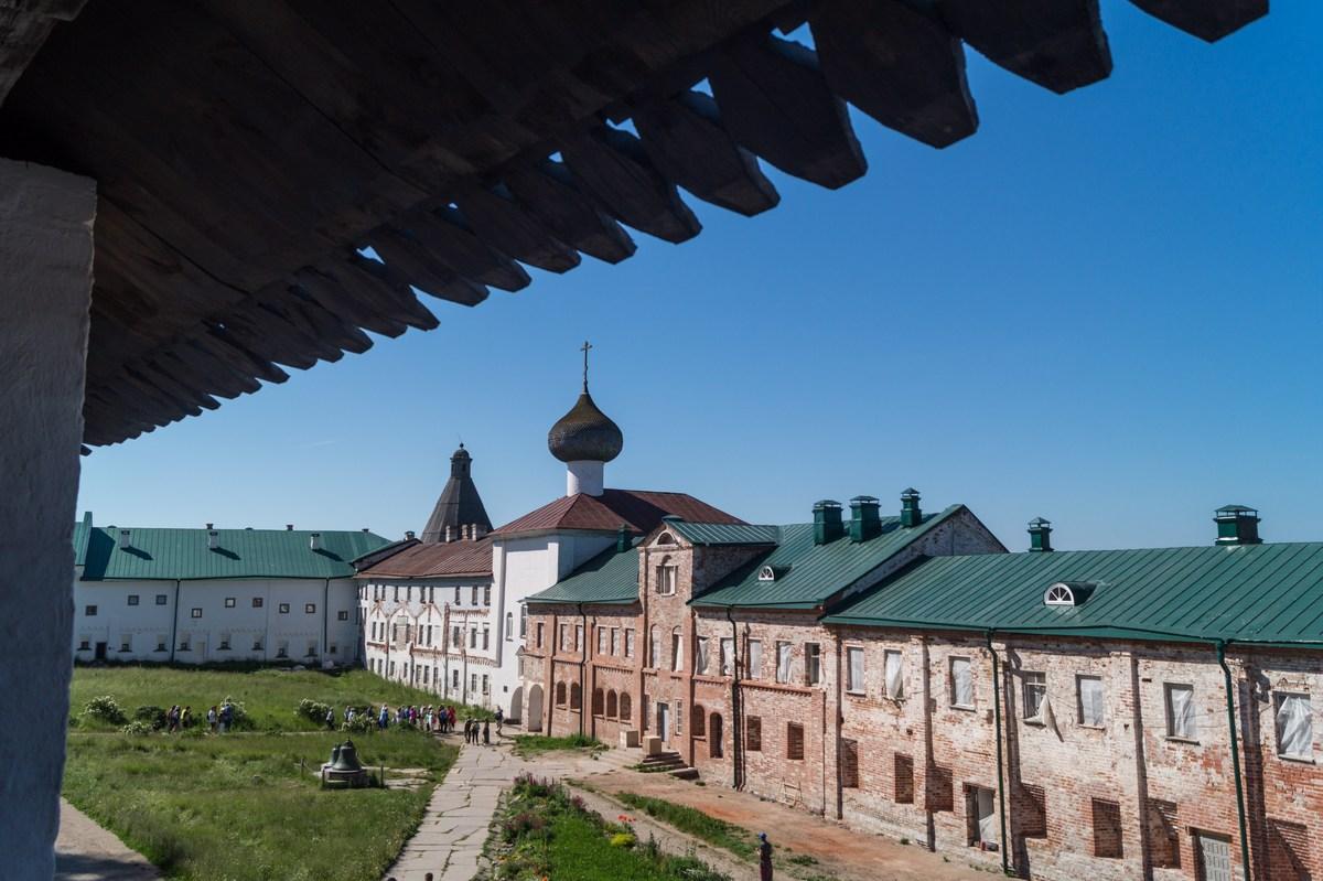 Соловецкий монастырь.Вид на Благовещенскую церковь и двор с туристами, проходящими к Святым воротам.