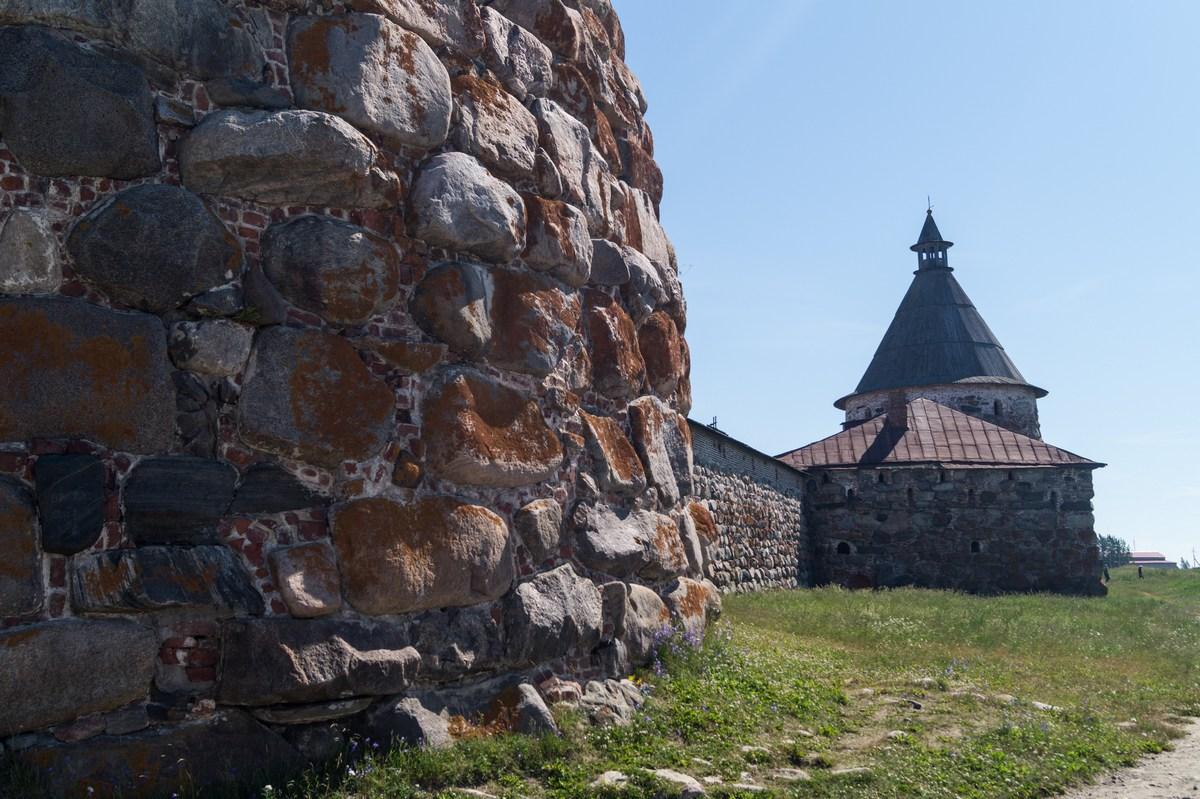 Стены и башни Соловецкого монастыря.
