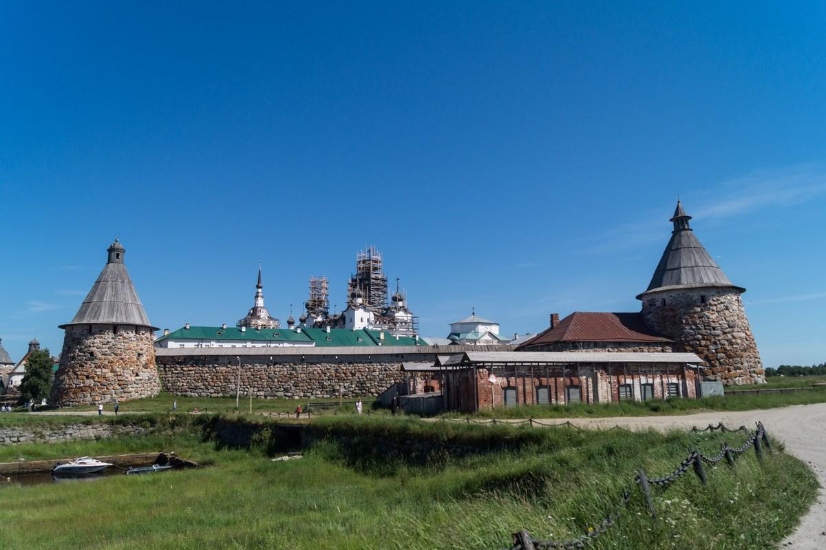 У Соловецкого монастыря.