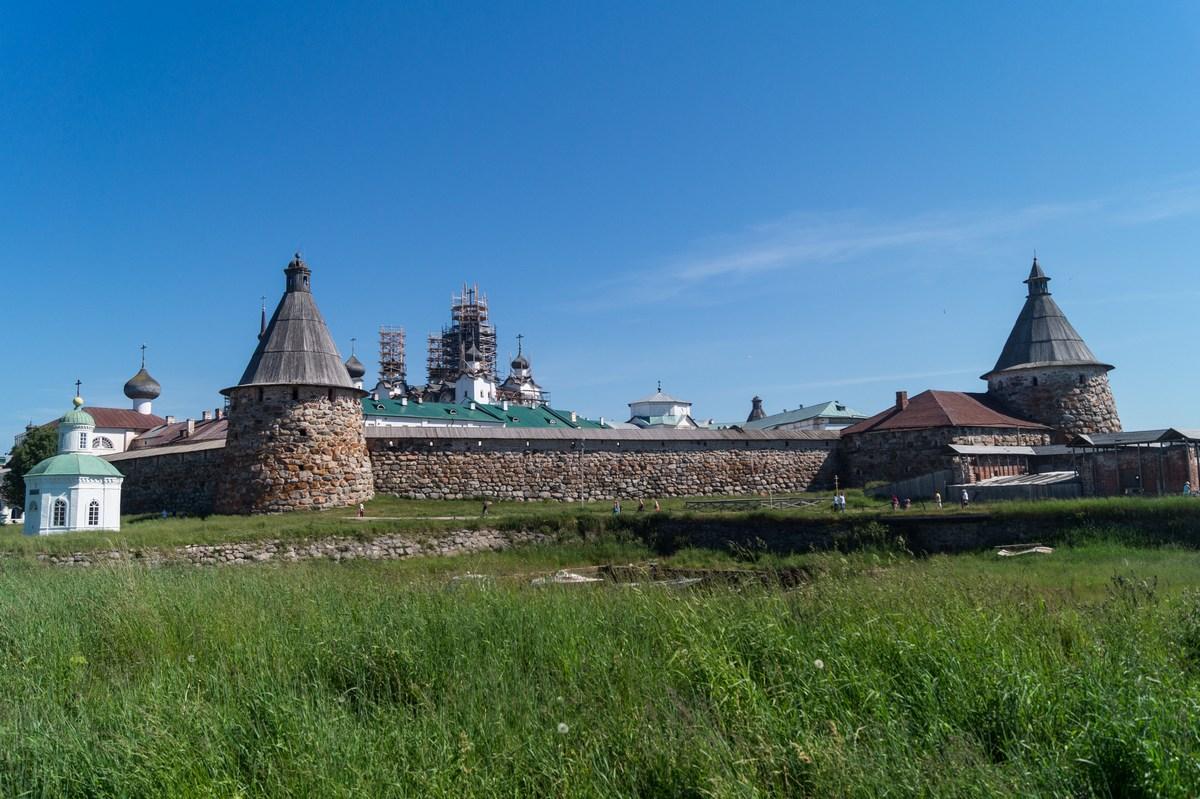 Вид на стены Соловецкого монастыря.