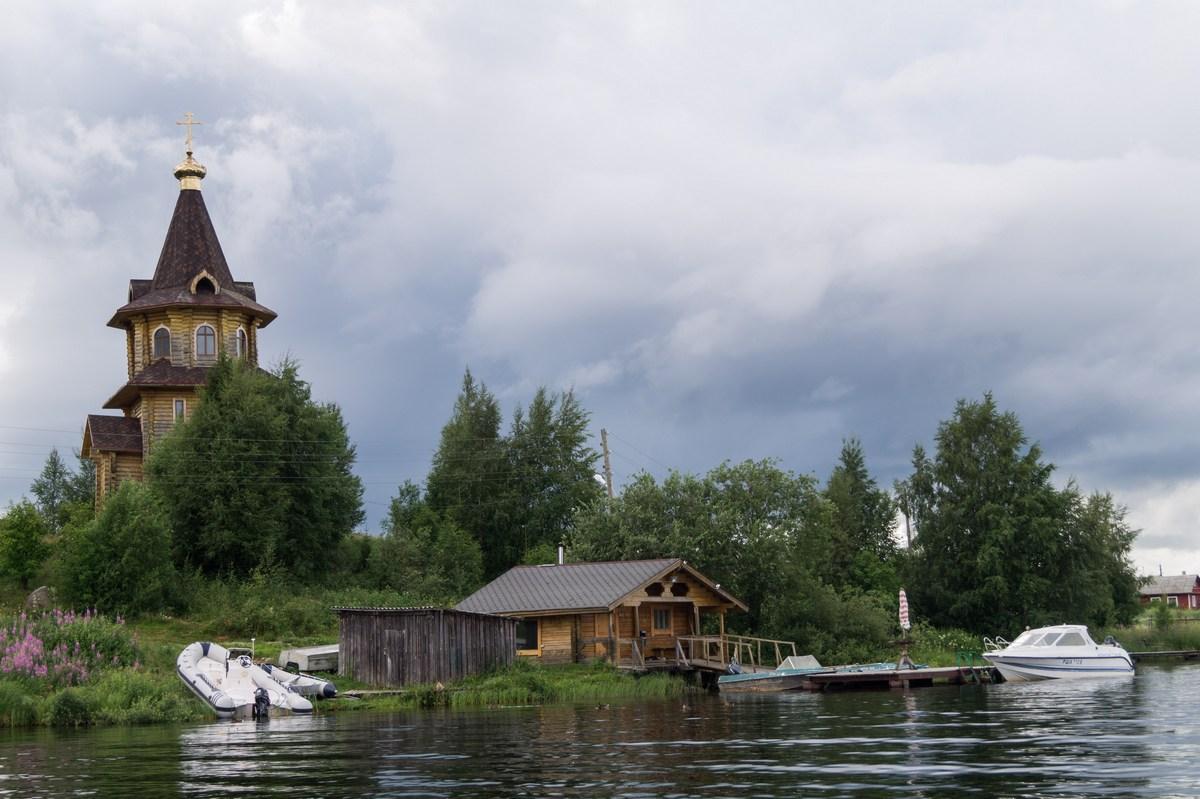 Карелия. Шуезеро. Церковь, пристань, баня и озеро.