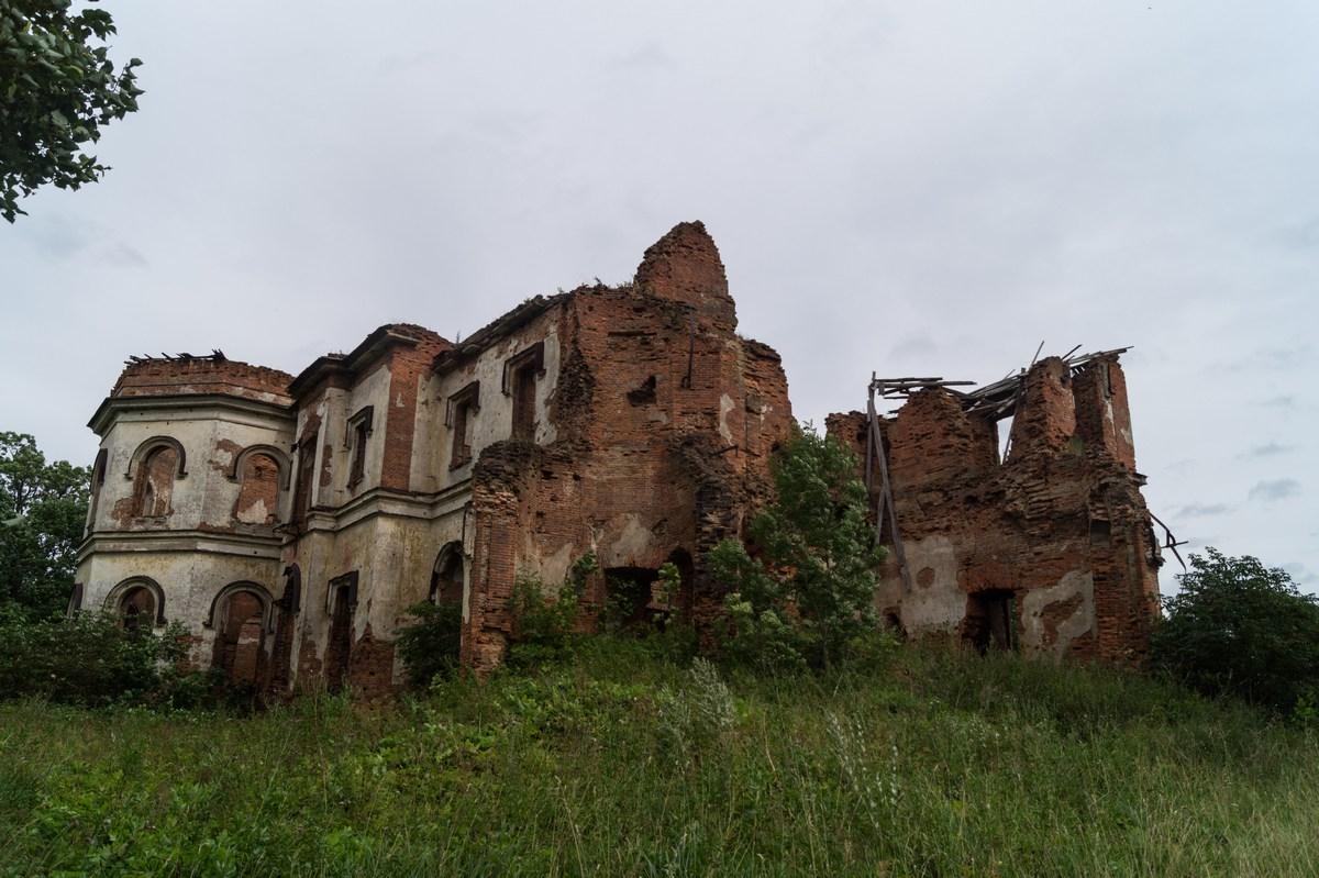Ленинградская область. Гостилицы. Руины дворца Алексея Разумовского.