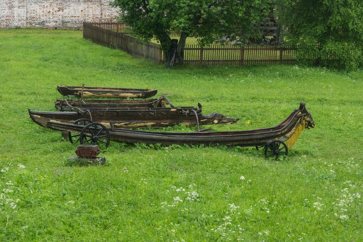 Кирилло-Белозерский монастырь. Старинные лодки.