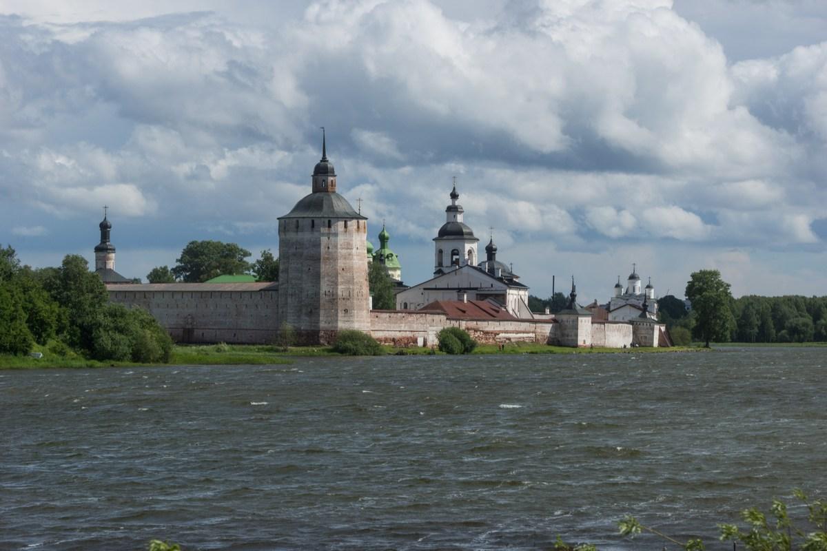 Кирилло-Белозерский монастырь на Сиверском озере. Мощная Большая Мереженная башня.