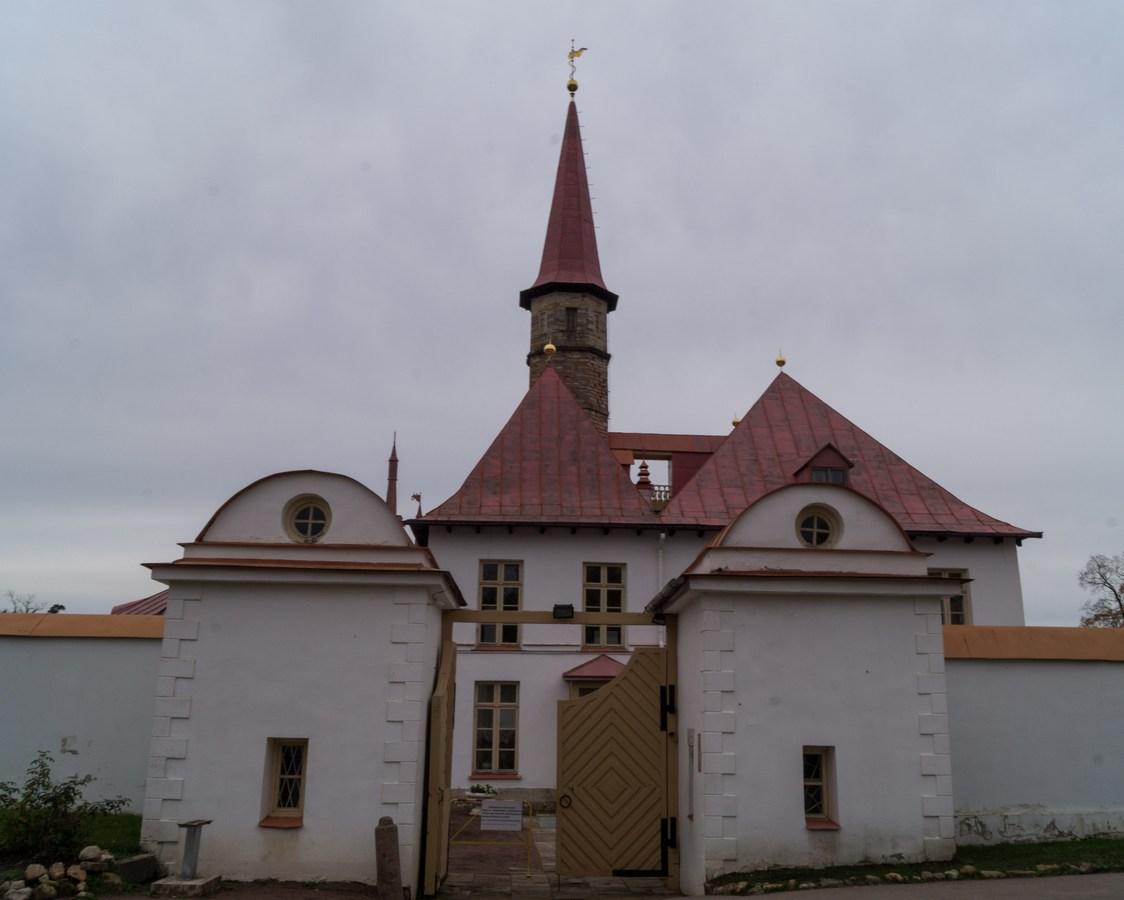 Гатчина. У ворот Приоратского дворца.