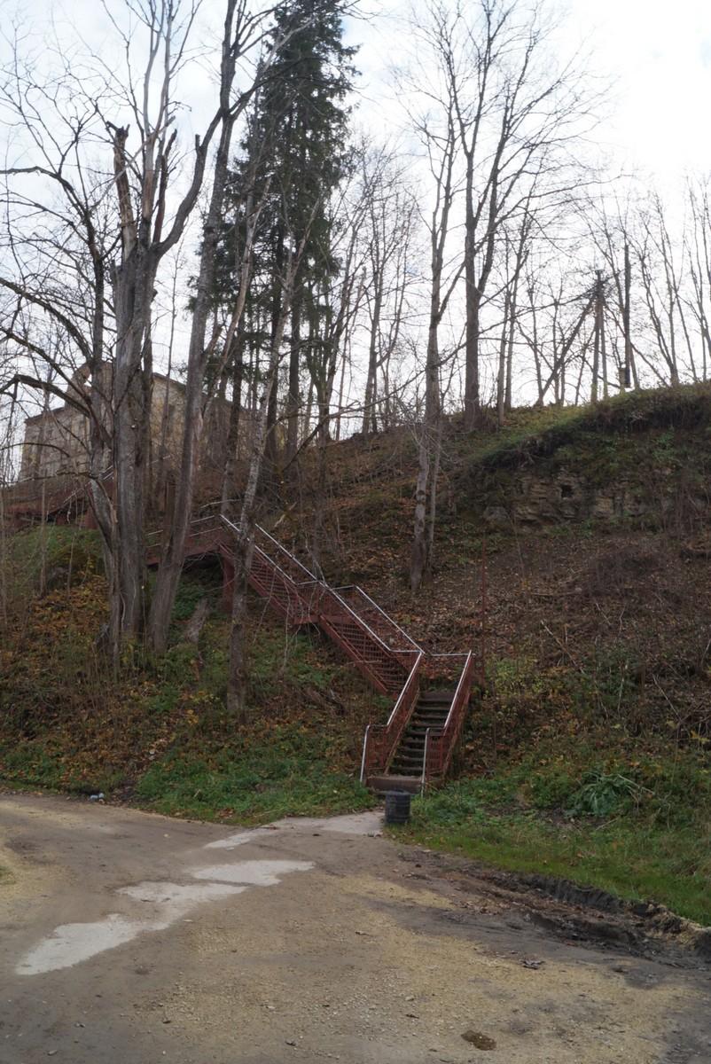 Ленинградская область. Село Лопухинка. У лестницы.