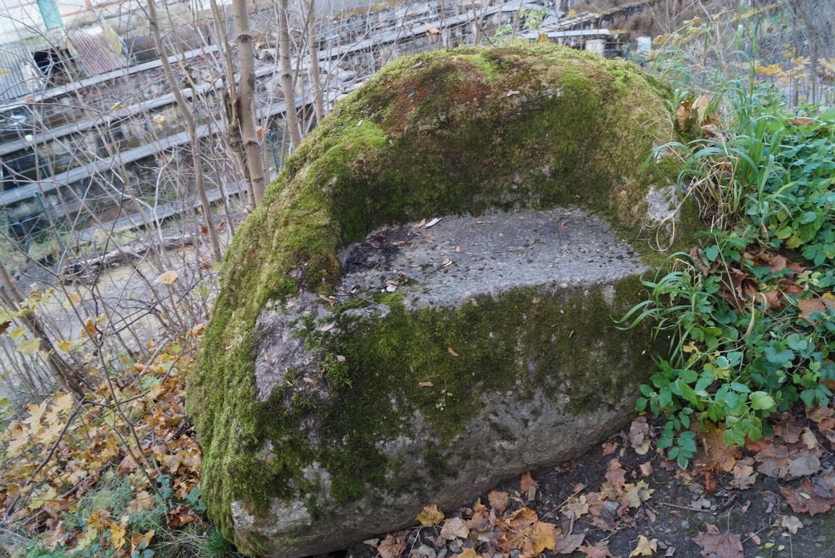 В селе Лопухинка. Камень-кресло у лестницы.