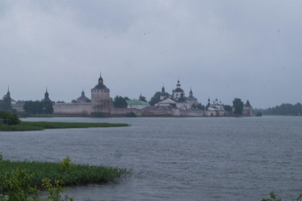 Кирилло-Белозерский монастырь на Сиверском озере. Дождливый июньский день.