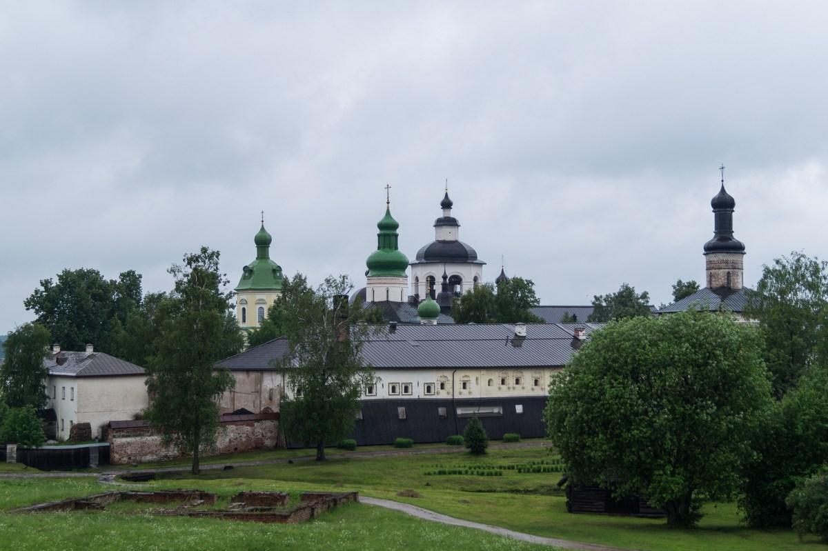 Кирилло-Белозерский монастырь. Вид со стен монастыря на Успенскую часть.
