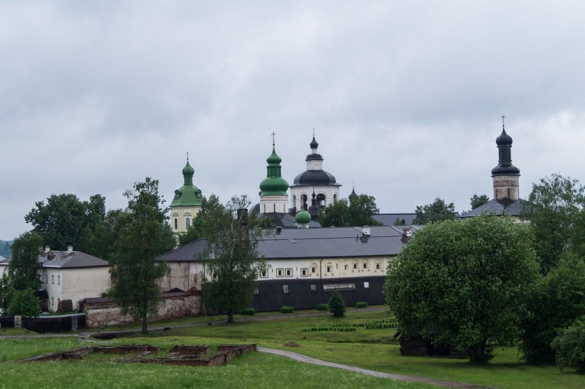 Большой Успенский монастырь - самая древняя часть Кирилло-Белозерского монастыря. Вид со стен Нового города.