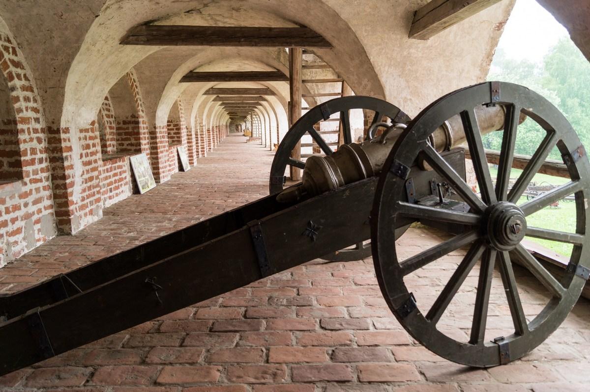 Кирилло-Белозерский монастырь. На втором ярусе стен. Старинная пушка.