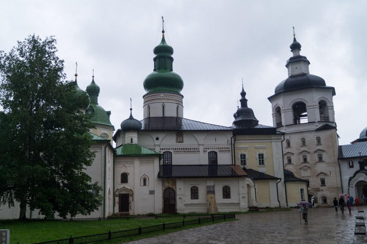 Кирилло-Белозерский монастырь. Успенский собор и колокольня.