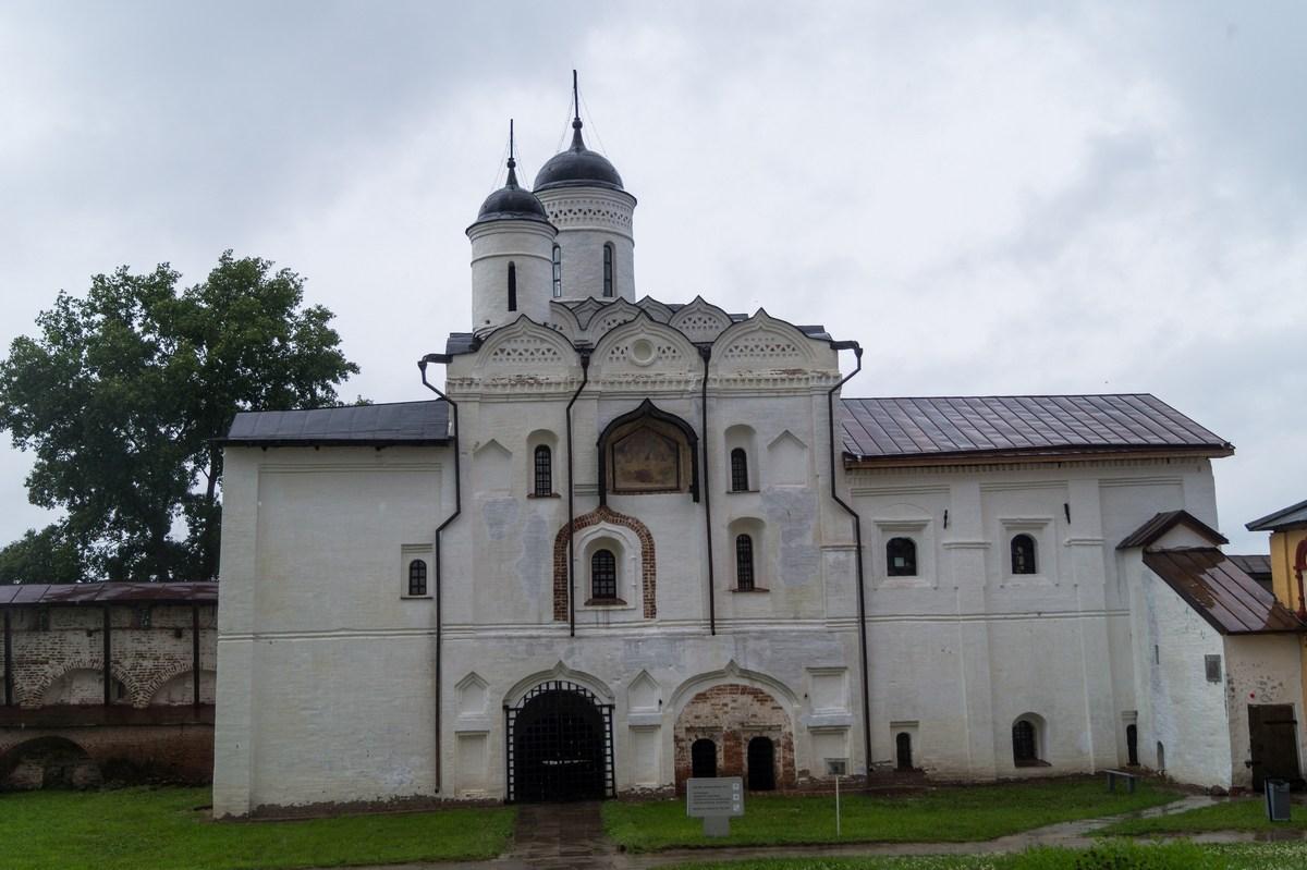 Кирилло-Белозерский монастырь. Водяные ворота с надвратной церковью Преображения.