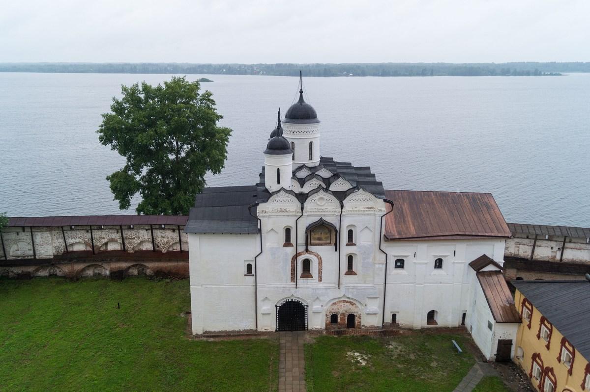 Кирилло-Белозерский монастырь. На колокольне. Водяные ворота с надвратной церковью Преображения (1595 год).