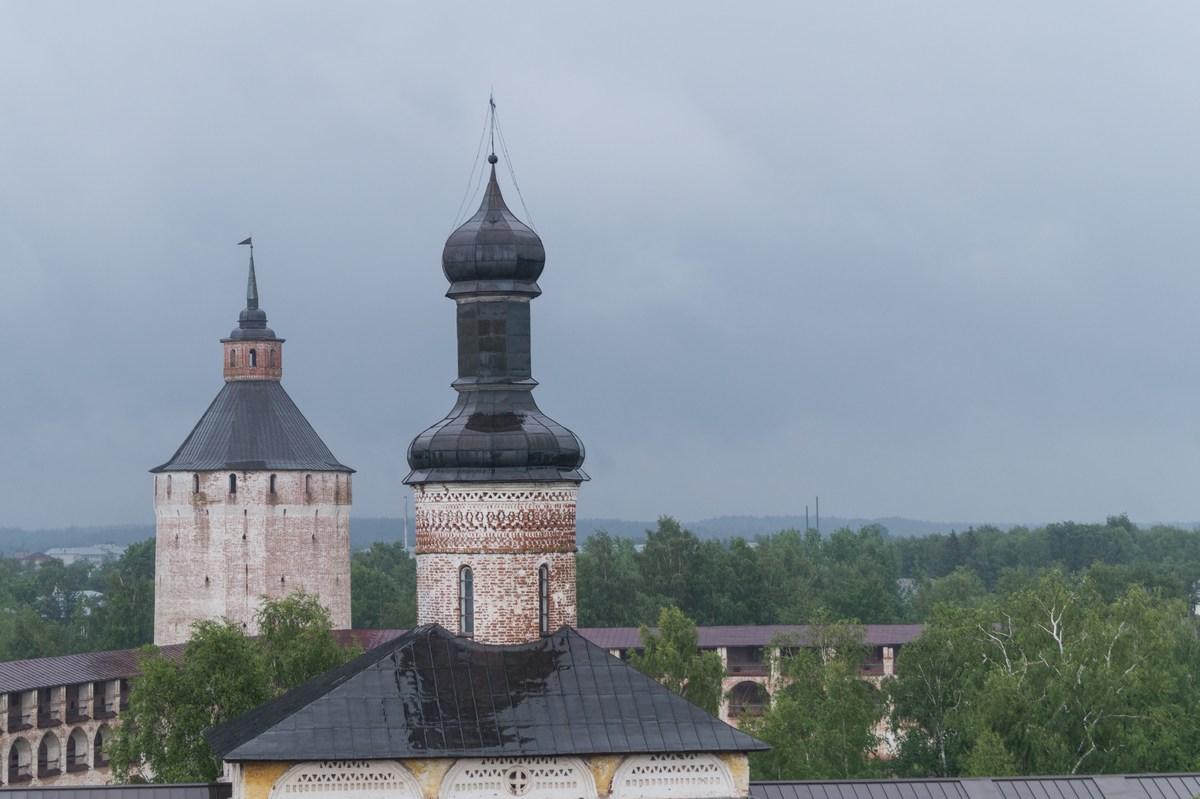 Кирилло-Белозерский монастырь. На колокольне. Купола и башни.