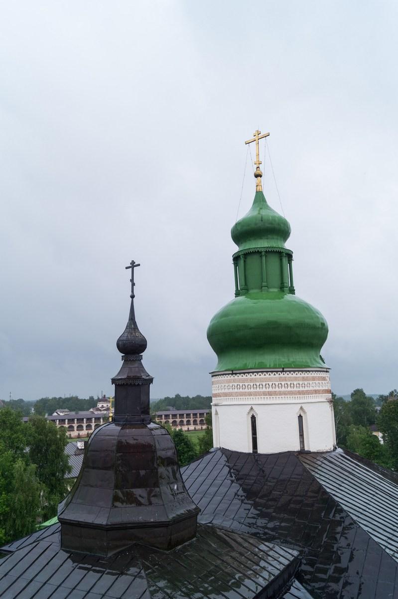 Кирилло-Белозерский монастырь. На колокольне. Купол Успенского собора и Новый город.