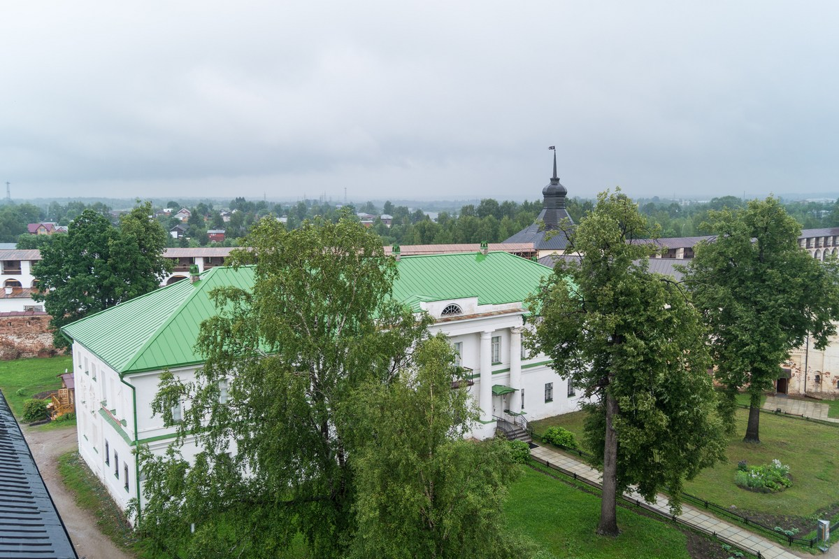 Кирилло-Белозерский монастырь. На колокольне. Архимандричьи кельи (1647-1648 годы).