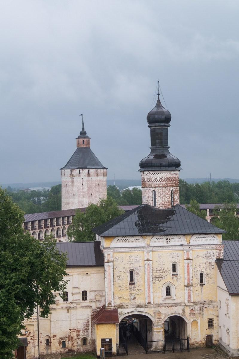 Кирилло-Белозерский монастырь. На колокольне. Святые ворота.