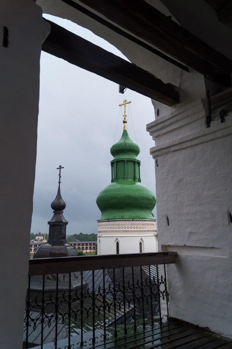 Кирилло-Белозерский монастырь. На колокольне. Немного Успенского собора.