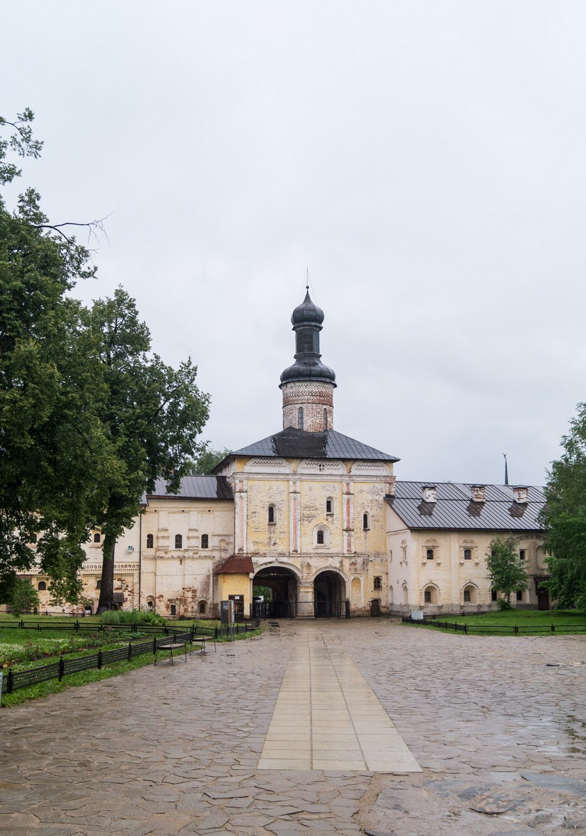 Кирилло-Белозерский монастырь. Надвратная церковь Иоанна Листвичника и Святые ворота.