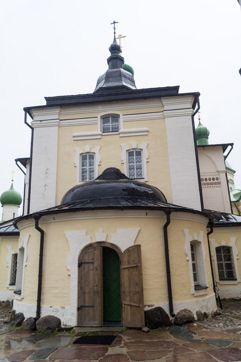 Кирилло-Белозерский монастырь. У входа в Успенский собор.