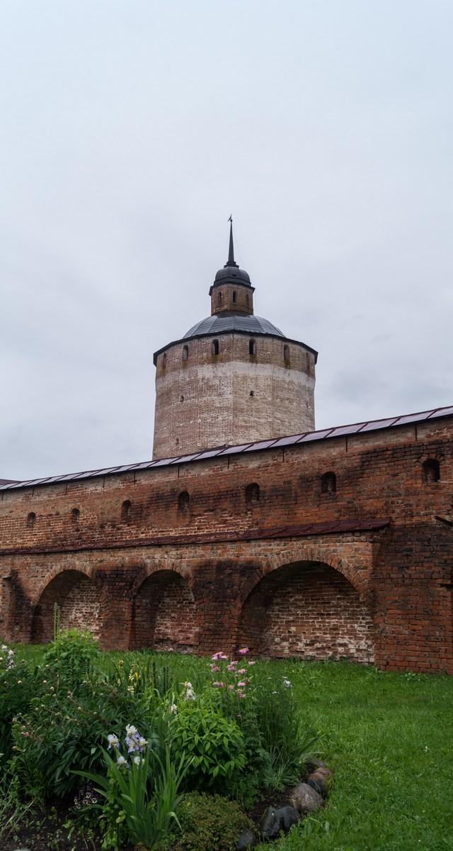 Кирилло-Белозерский монастырь. У Большой Мереженной (Белозерской) башни. Июнь.