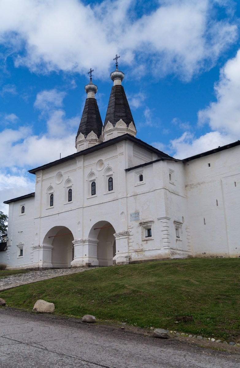 У ворот Ферапонтова монастыря. Надвратные церкви Богоявления и преподобного Ферапонта. 1650 год.