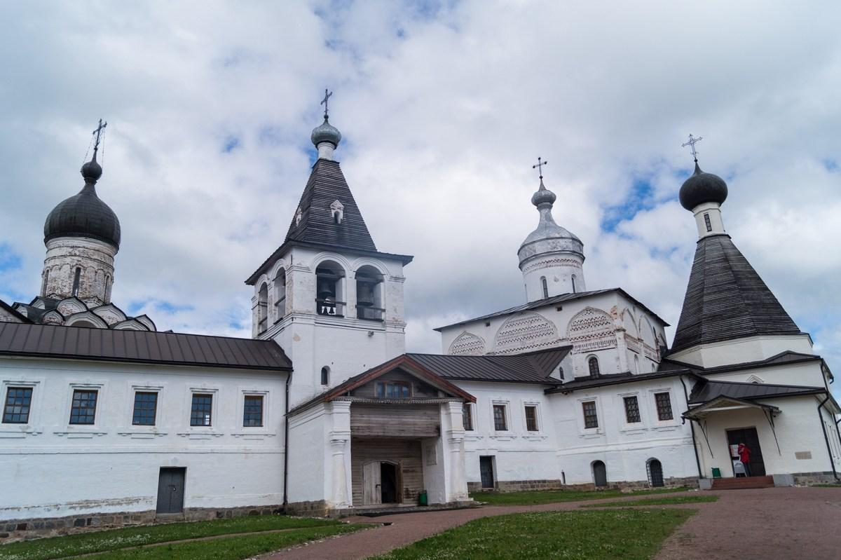 Ферапонтов монастырь. Благовещенская церковь, колокольня и Рождественская церковь.