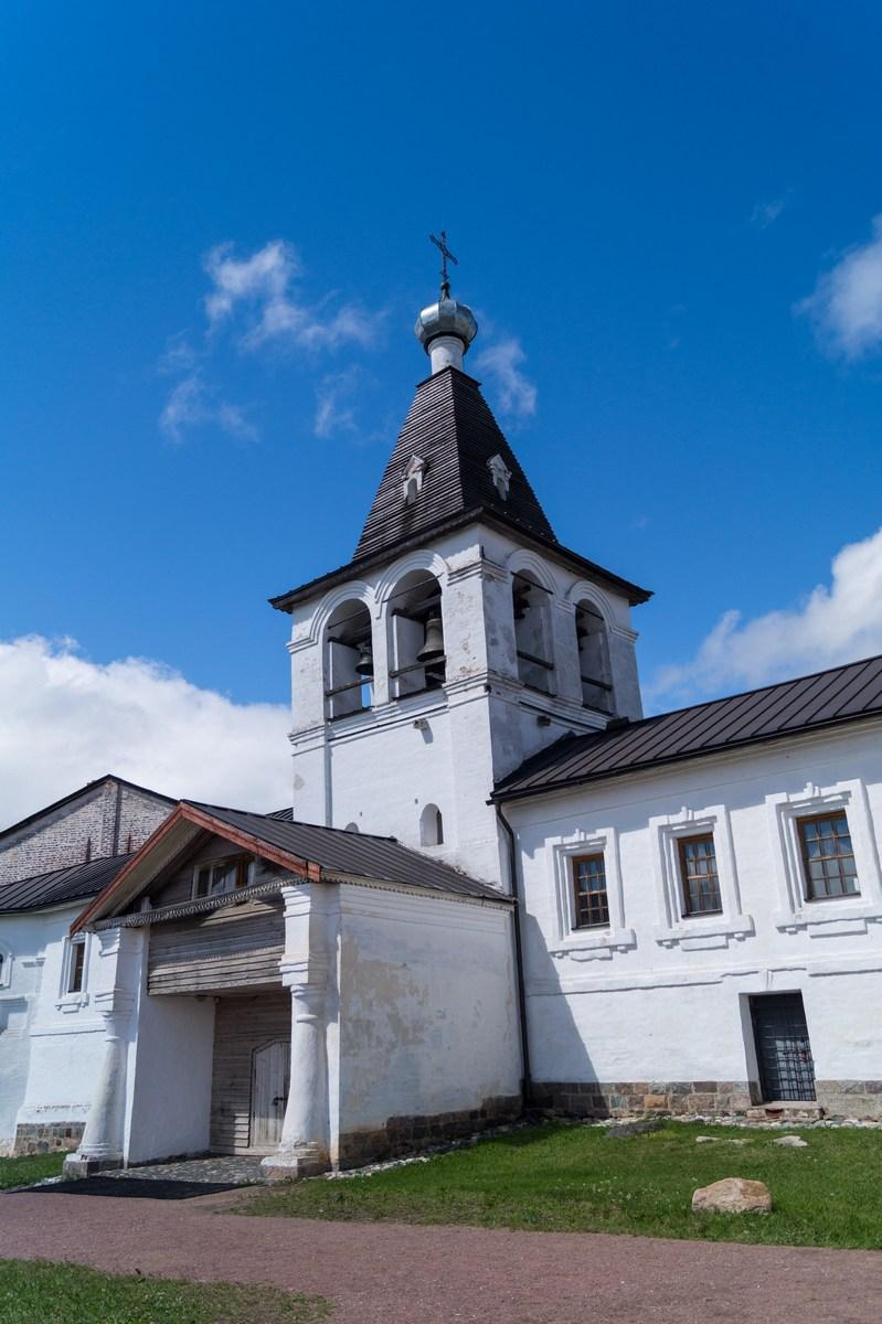 Ферапонтов монастырь. У колокольни.