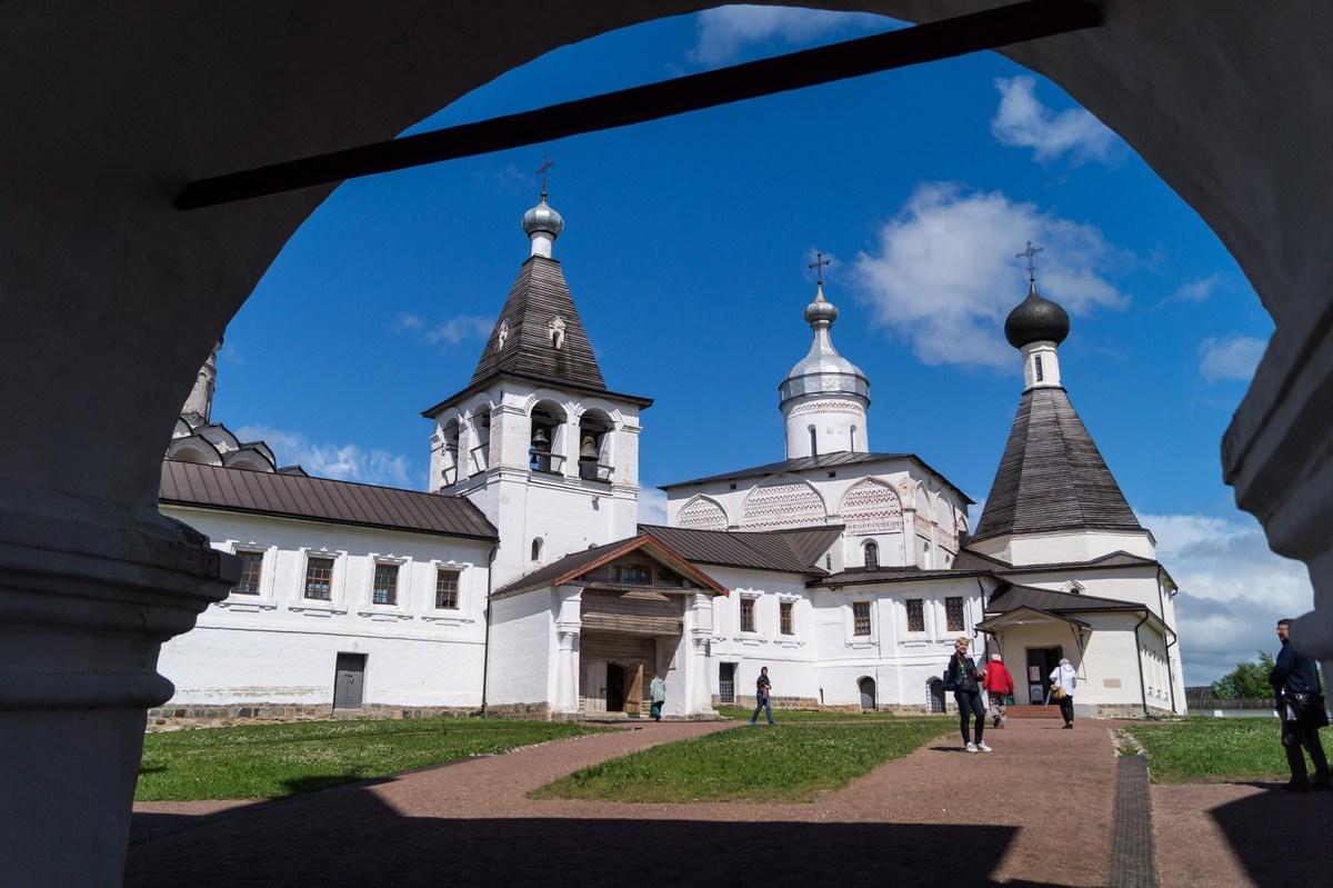 В воротах Ферапонтова монастыря.
