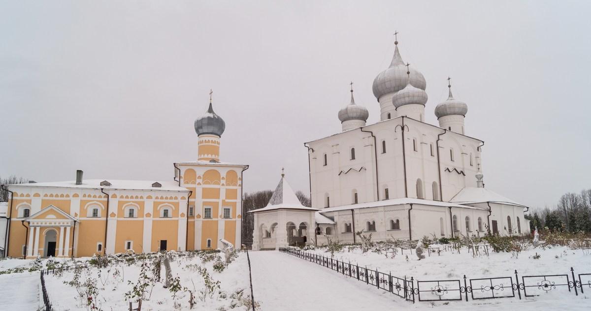 Варлаамо-Хутынский Спасо-Преображенский монастырь под Новгородом. Во дворе.