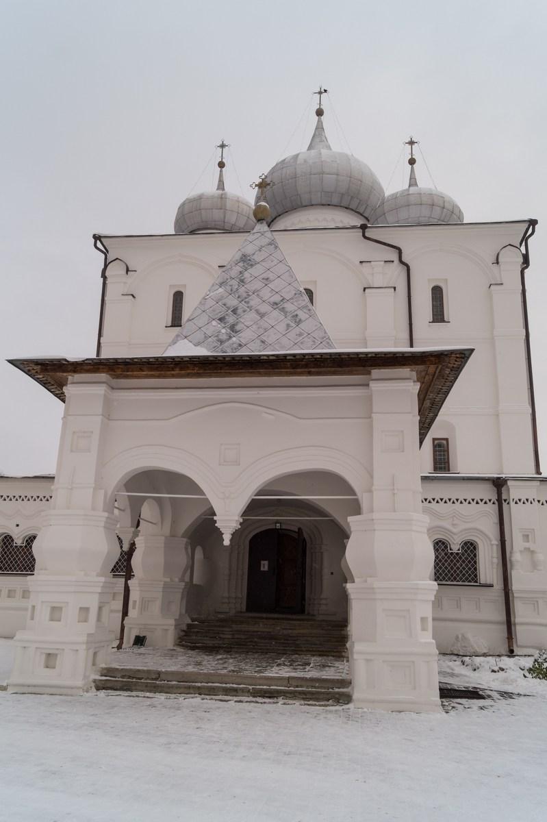 У входа в Спасо-Преображенский собор в Варлаамо-Хутынском монастыре.
