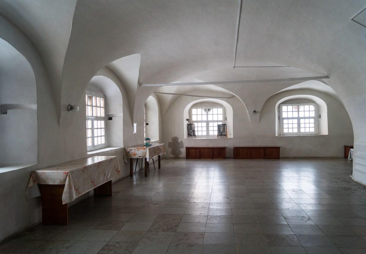 Спасо-Преображенский собор в Варлаамо-Хутынском монастыре. Просторно на входе.