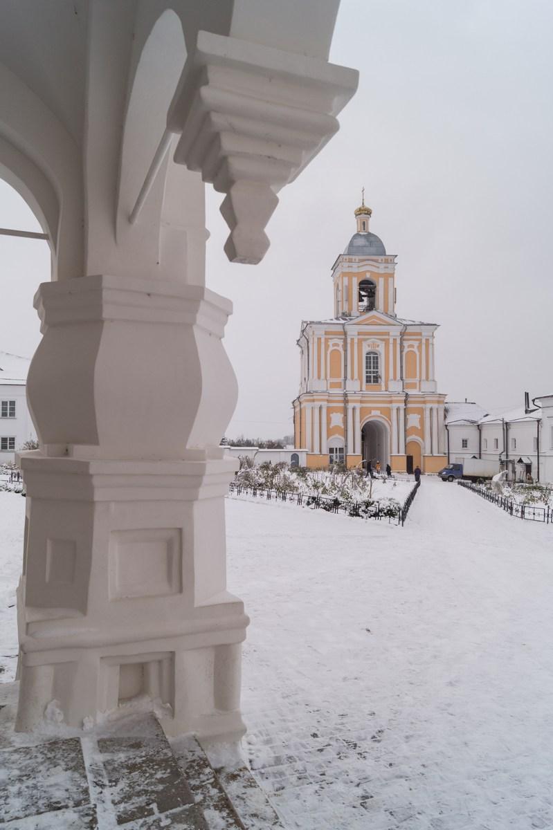 Варлаамо-Хутынский Спасо-Преображенский монастырь под Новгородом. На крыльце Спасо-Преображенского собора.