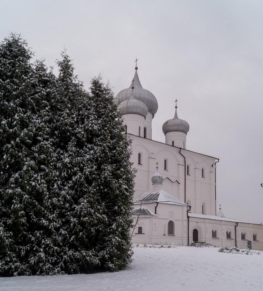 Варлаамо-Хутынский монастырь и первый снег. Спасо-Преображенский собор.