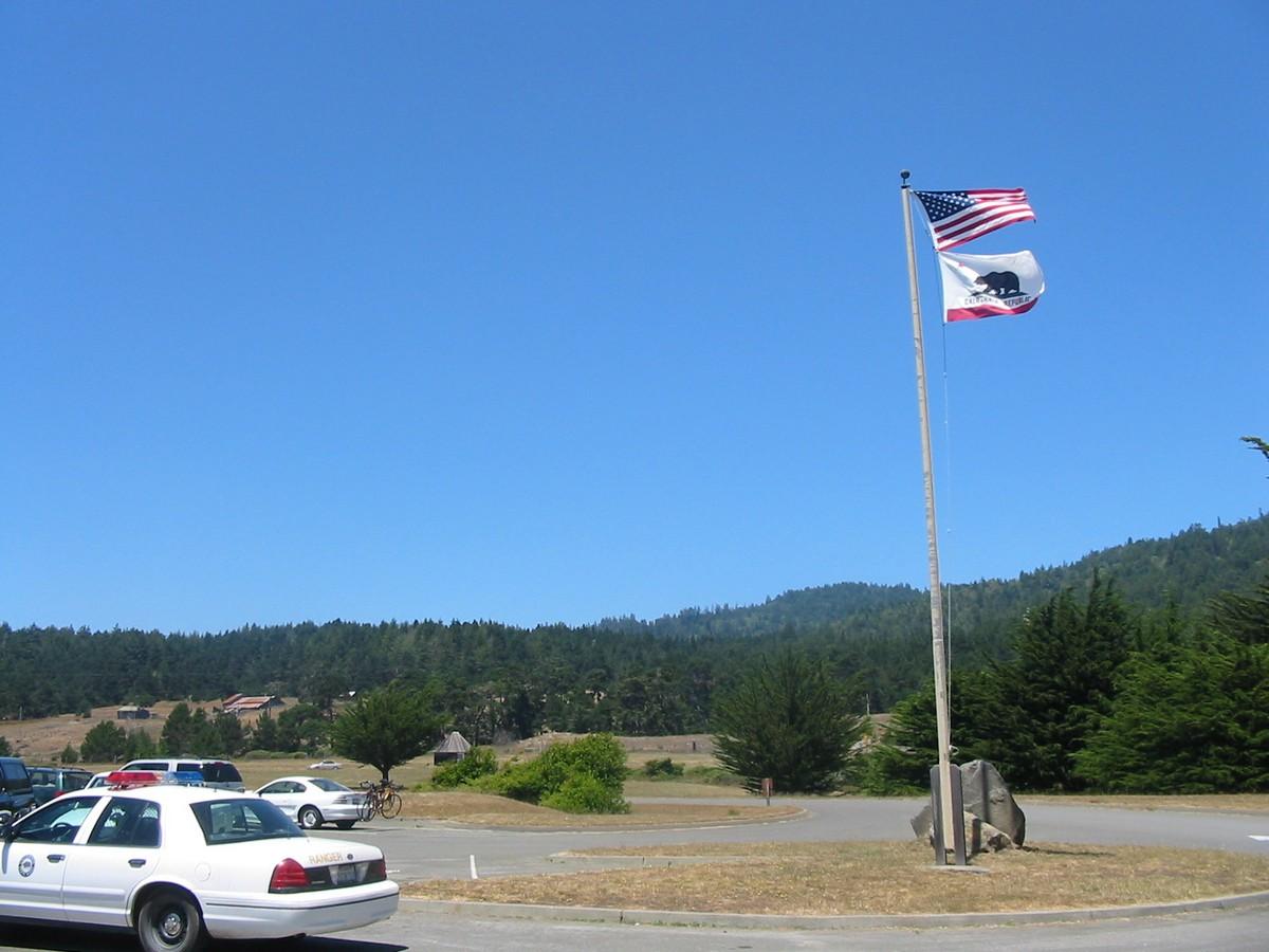 Форт Росс. У входа в исторический парк. На стоянке. Государственный флаг США и флаг Калифорнии.
