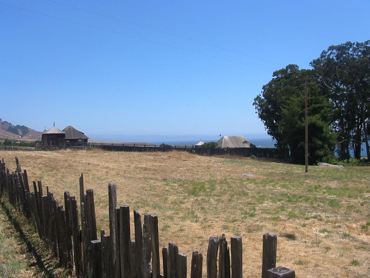 У крепости Росс в Калифорнии. Какой-то пустынный загон для скота с ветхим забором.
