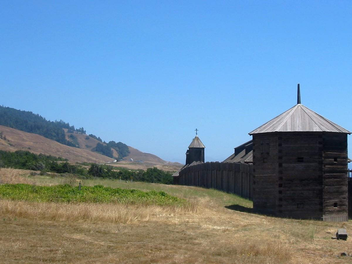 Северная Калифорния. Исторический парк-музей Форт Росс. У реконструированных стен крепости.