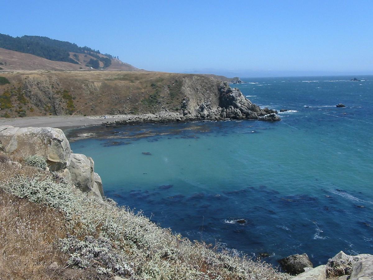 Форт Росс. Вид с высокого берега на ближайший мыс и на бухту.