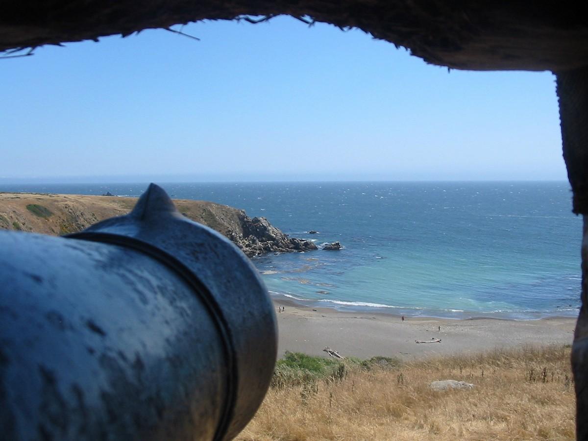 Форт Росс. Вид на Тихий океан из северо-западного блокгауза. С пушкой.