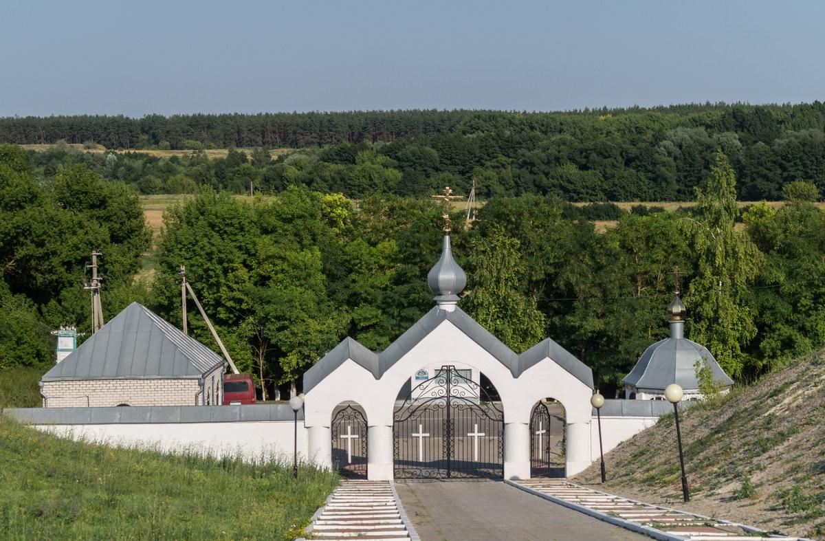 В Холковском монастыре. У ворот.