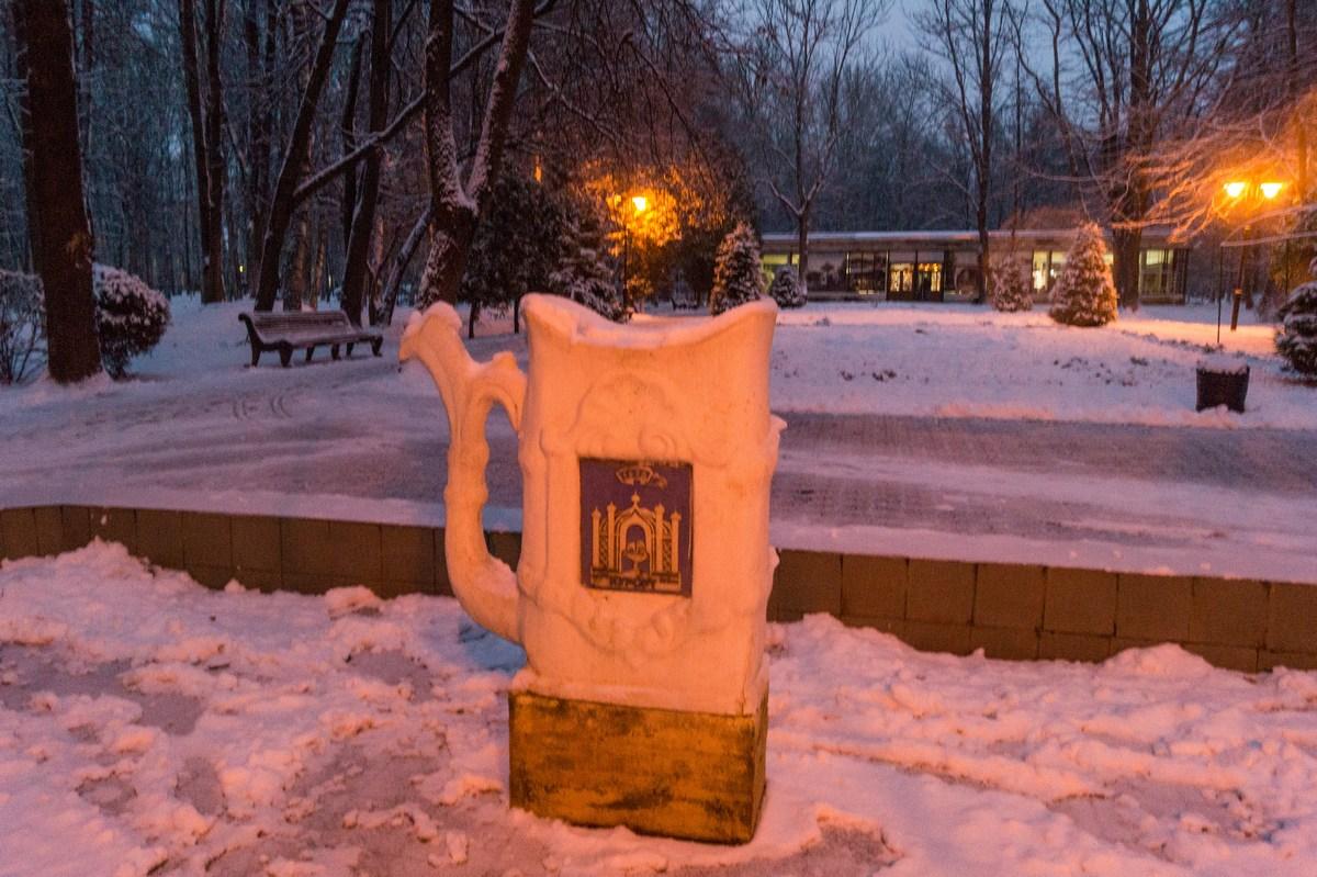 Старая Русса. Целебная чашка на главной аллее курортного парка.