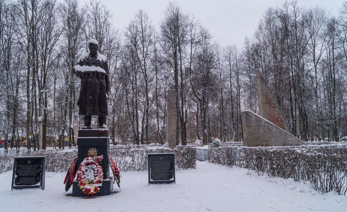 Старая Русса. Парк Победы. Памятник Советскому солдату.