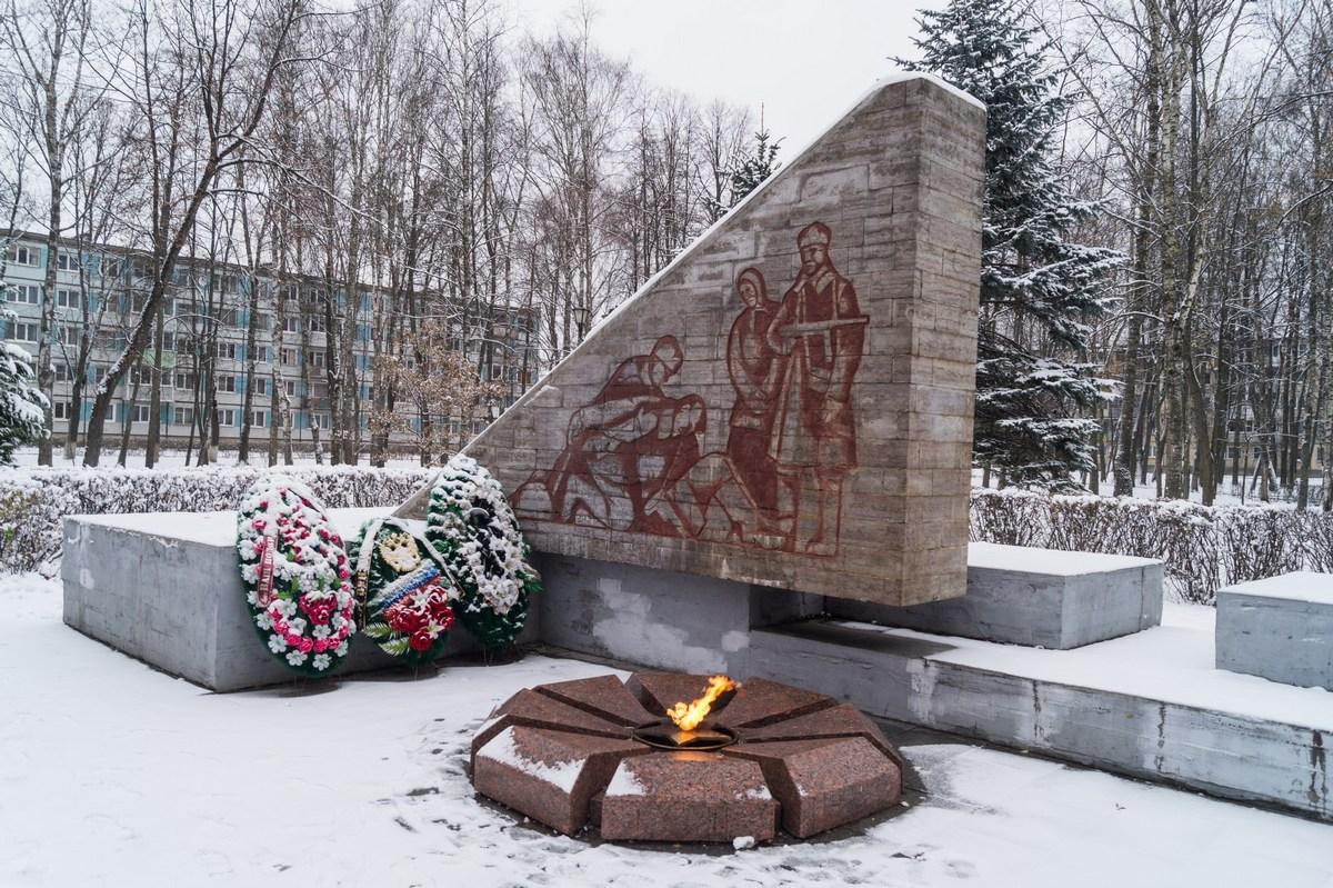 Старая Русса. Парк Победы. Монумент Славы и Вечный огонь.